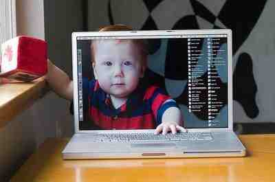 Monitor mit Baby-Hand